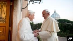Đức Giáo Hoàng Phanxicô thăm người tiền nhiệm, Đức Giáo Hoàng Danh dự Bênêđíchtô thứ 16, ngày 23/12/2013.