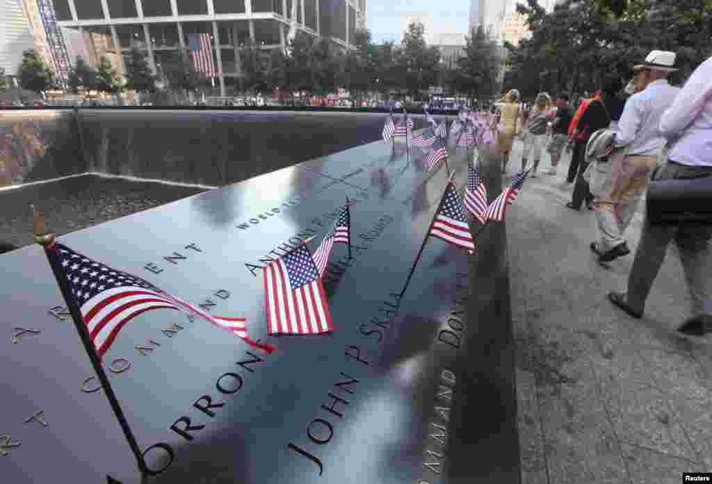 گیارہ ستمبر کے حملوں میں ہلاک ہونے والوں کے اہلِ خانہ اور لواحقین بدھ کو علی الصباح نیو یارک شہر میں اس یادگاری مقام پر جمع ہوئے۔