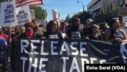 Para demonstran di Charlotte, North Carolina menuntut kepada polisi untuk merilis video penembakan seorang pria kulit hitam AS, dalam aksi damai hari Sabtu (24/9).