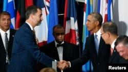El presidente Barack Obama y el rey Felipe VI se saludan durante un banquete en honor de los líderes mundiales en la 69a. Asamblea General de la ONU el año pasado.