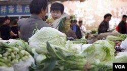 Kenaikan harga di Tiongkok meningkat sebesar 4,5 persen selama setahun ini, dipicu kenaikan harga pangan sebesar 11 persen.