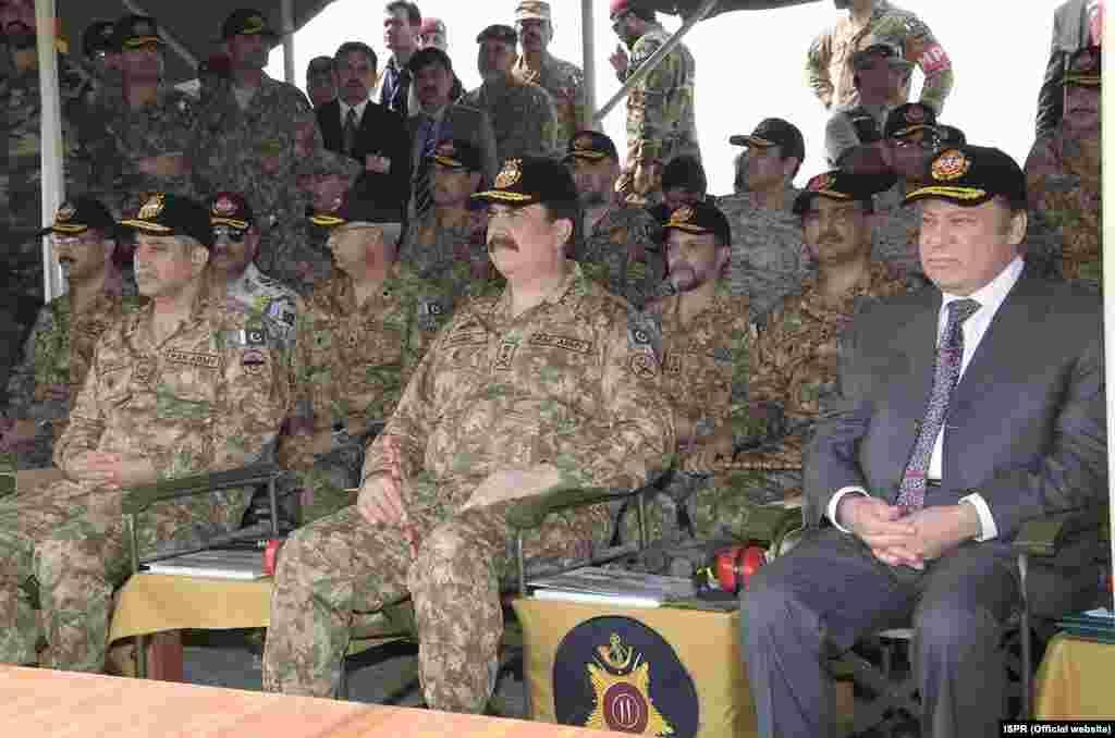 وزیر اعظم نوازشریف نے بری فوج کے سربراہ جنرل راحیل شریف کے ہمراہ فوجی مشقیں دیکھیں۔