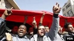 Para demonstran pro-reformasi melakukan unjuk rasa seusai shalat Jumat di Amman.