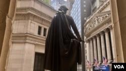ჯორჯ ვაშინგტონის ძეგლი, ფედერალური დარბაზის წინ.
