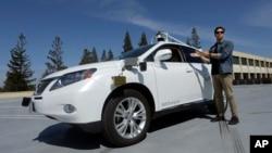 지난해 8월 미국 캘리포니아주 마운틴뷰의 구글사의 무인자동차 개발팀이 신형 무인자동차를 선ㅂ이고 있다. (자료사진)