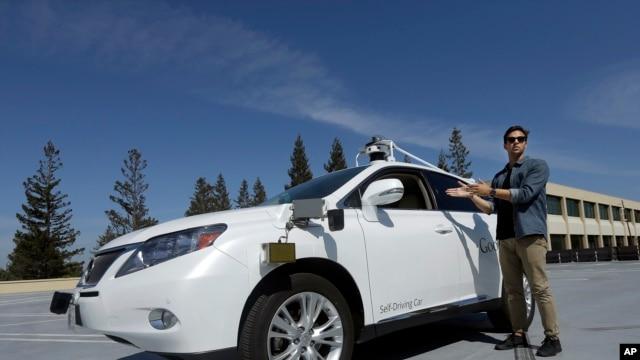 Brian Torcellini, jefe del equipo de operaciones de coches autónomas de Google posa en esta foto de archivo con uno de los vehículos autónomos de la compañía. Un auto similar al de la fotografía tuvo un leve accidente durante una prueba cerca de la sede de la empresa, el pasado 14 de febrero.