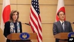 4일 일본 주재 캐롤라인 케네디 미국 대사(왼쪽)와 스가 요시히데 일본 관방장관이 회담 뒤 공동 기자회견을 하고 있다.