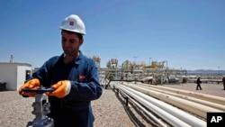 一名工人在伊拉克北部的油田工作 (資料照片)
