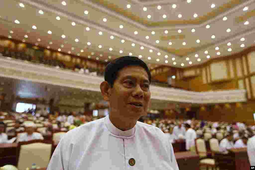 缅甸联邦巩固与发展党秘书长泰武在下院召开会议之前接受记者提问。