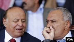 Wakil Presiden Yaman, Abed Rabo Mansour Hadi (kiri) dan Presiden Ali Abdullah Saleh (foto: Maret 2011).