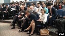 中国留学生在美国外交政策学术论坛开幕现场 (美国之音照片)