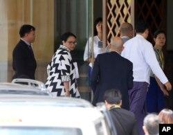 ລັດຖະມົນຕີການຕ່າງປະເທດ ອິນໂດເນເຊຍ ທ່ານນາງ Retno Marsudi, ຄົນທີສອງຈາກຊ້າຍ, ເດີນທາງໄປຮອດກະຊວງການຕ່າງປະເທດ ຂອງມຽນມາ ເພື່ອພົບປະກັບ ລັດຖະມົນຕີການຕ່າງ ປະເທດ ທ່ານນາງ Aung San Suu Kyi ໃນນະຄອນຫຼວງ Naypyitaw ຂອງ Myanmar, ວັນທີ 4 ກັນຍາ 2017.