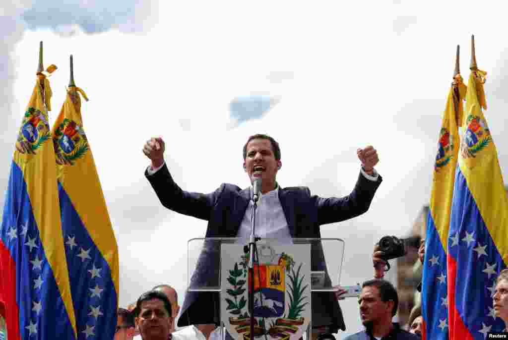 خوان گوایدو، روز چهارشنبه سوم بهمن ماه در میان هواداران در کاراکاس