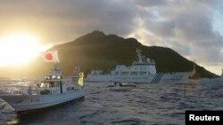 Kapal angkatan laut China terlihat berada di dekat kapal AL Jepang dekat Kepulauan Senkaku atau Diaoyu di Laut China Timur, Kamis (11/1).