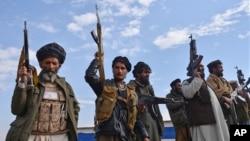 موجودیت گروه های مسلح غیر مسؤول در بسیاری مناطق افغانستان، آزمون بزرگ برای حکومت آن کشور شمرده می شود. (عکس از آرشیف)