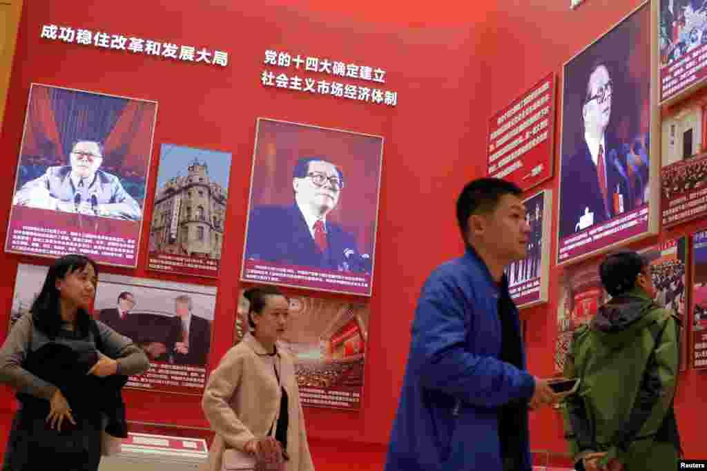 2018年11月14日,在北京的中国国家博物馆举办的中国改革开放40周年展览中,人们参观关于中国前领导人江泽民的部分。