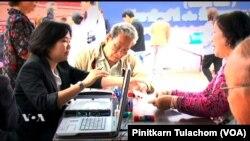 (File)ผู้มีสิทธิเลือกตั้งชาวไทยตรวจเอกสารที่คูหาเลือกตั้งฯนอกราชอาณาจักร ที่นครลอส แองเจลิส พ.ศ.2554