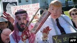 Para demonstran melakukan aksi di depan Gedung Putih menuntut keadilan atas pembunuhan jurnalis Jamal Khashoggi, dan mengenakan topeng Mohammed bin Salman dan Presiden Donald Trump (foto: dok).