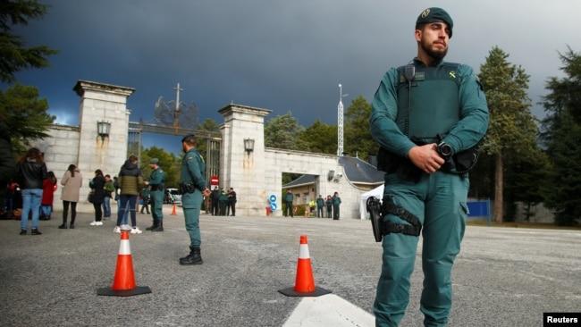 Agentes de la Guardia Civil Española de guardia a la entrada del Valle de los Caídos este 24 de octubre de 2019 como parte de la seguridad durante el traslado de los restos de Francisco Franco. (Foto REUTERS/Javier Barbancho)