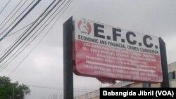 Une pancarte devant le siège de la Commission nigériane des crimes économiques et financiers (EFCC) à Abuja, Nigeria, 24 mai 2017.