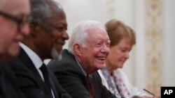 지미 카터 전 미국 대통령이 코피 아난 전 유엔 사무총장 등 세계 원로 정치인 단체 '엘더스' 회원들과 지난 2015년 4월 러시아에서 블라디미르 푸틴 대통령을 면담했다.