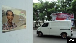 Stiker dukungan terhadap Jokowi sebagai Capres di salah satu sudut kota Solo, 15 Maret 2014 (VOA/ Yudha Satriawan)