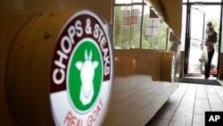 Seorang pembeli memasuki Chops and Steaks di North Bruncswick, New Jersey. Restoran ini menyediakan daging halal selama bulan Ramadan.