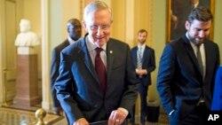 Ketua mayoritas Senat AS, Harry Reid (kiri) berbicara dengan kaukus Demokrat di Senat AS mengenai RUU anggaran (30/9).