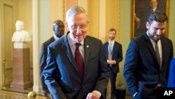 国会参议院多数党领袖里德9月30日到国会山参加民主党有关预算问题的讨论.