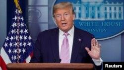 صدر ٹرمپ وائٹ ہاؤس میں روزانہ کی پریس بریفنگ میں صحافیوں کے سوالوں کا جواب دے رہے ہیں۔ 4 اپریل 2020