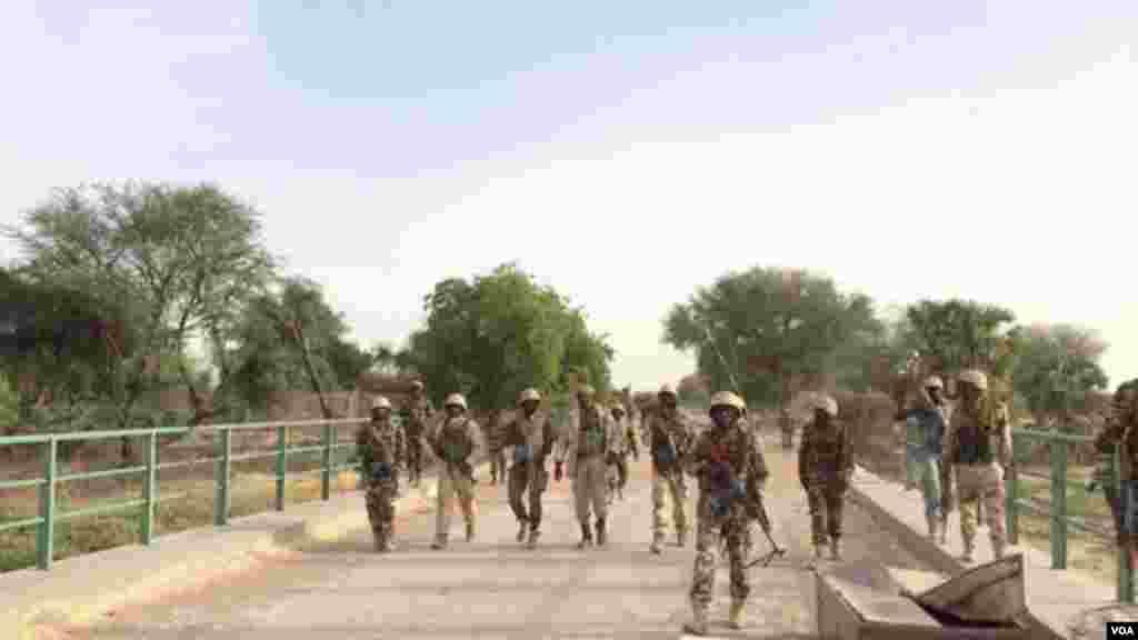 Des soldats nigériens traversent le pont Doutchi