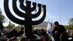 Người dân đặt hoa tại đài tưởng niệm gần khe núi Babi Yar, nơi Đức Quốc Xã đã tàn sát hàng chục ngàn người Do Thái trong Thế chiến II ở Kyiv, Ukraine.