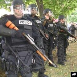 防暴警察严阵以待防止示威失控
