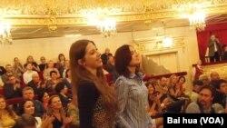 新演出季开始后,两名新演员加入大剧院。(美国之音白桦拍摄)