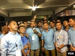Sejumlah millenials kompak nobar di luar Bidakara, Jakarta, mendukung pasangan Prabowo-Sandi, Kamis (17/1). (VOA/Ghita Intan).