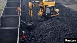 资料照片:中国辽宁省沈阳市一座火力发电厂的工人正在卸煤(2011年7月30日)
