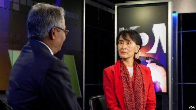 VOA Burmese Journalist Kyaw Zan Tha interviews Daw Aung San Suu Kyi at VOA in Washington.