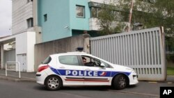 La policía francesa arrrestó al presunto jefe militar de ETA Oroitz Gurruchaga Gogorza y su ayudante Xabier Aramburu en el poblado de Cauna.