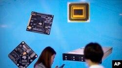 Archivo - Visitantes en Exposición china de Alta Tecnología, en Beijing.
