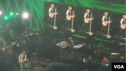 """Tras despedirse con """"Bad Medicine"""", Jon Bon Jovi regresó para dejar otras tres canciones y al público aplaudiendo de pie."""