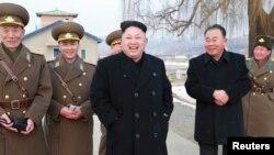 """북한의 김정은 국방위원회 제1위원장이 """"조선인민군 항공 및 반항공군 제458군부대를 시찰했다""""고 조선중앙통신이 8일 보도했다."""