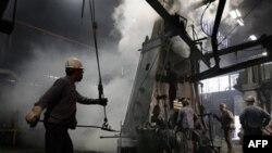 Công nhân làm việc tại một nhà máy thép ở Cleveland, bang Ohio. Nhiều công ty đã ngần ngại không tuyển dụng thêm công nhân, khiến 14 triệu người Mỹ vẫn thất nghiệp