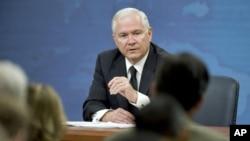 امریکی وزیر دفاع رابرٹ گیٹس پینٹاگون میں میڈیا کے نمائندوں سے بات کرتے ہوئے۔