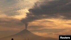 Se estima que 4.5 millones de personas viven en 50 kilómetros a la redonda del Popocatépetl y de ellas unas 650.000 en la zona de alto riesgo.