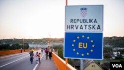 Migran menyeberangi jembatan di atas sungai Danube ke Kroasia. (Foto: dok). Polisi perbatasan di pelabuhan Giurgiu sungai Danube di perbatasan Rumania-Bulgaria mengatakan mereka menemukan 22 pria, sembialn perempuan dan 17 anak-anak termasuk seorang bayi, Kamis malam (29/12).