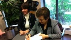 شیرین عبادی، حقوقدان و برنده جایزه نوبل صلح کتاب جدیدش «قفس طلایی» را برای علاقمندان امضا می کند.