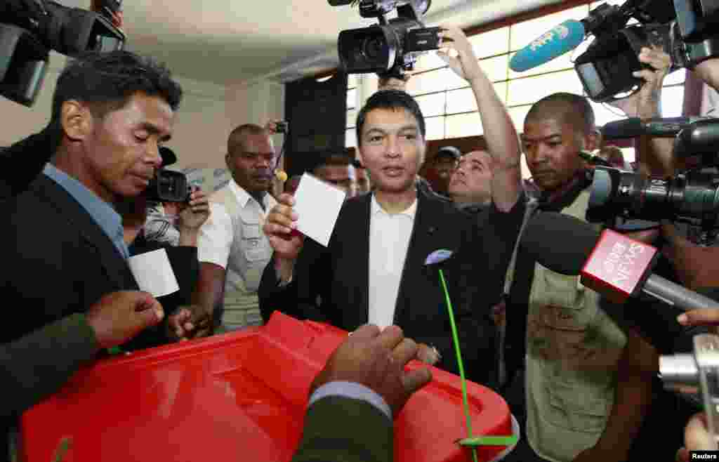 Madagascar's President Andry Rajoelina casts his ballot at a polling center in Ambatobe, in the outskirts of the capital Antananarivo, Madagascar, Oct. 25, 2013.