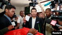 Presiden Madagaskar Andry Rajoelina memberikan suaranya di Ambatobe, dekat Antananarivo, Madagascar (25/10/2013).