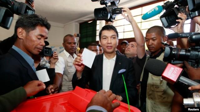 Le président Andry Rajoelina, dépose son bulletin dans un bureau de vote, dans la banlieue d'Antananarivo, Madagascar, le 25 oct. 2013.