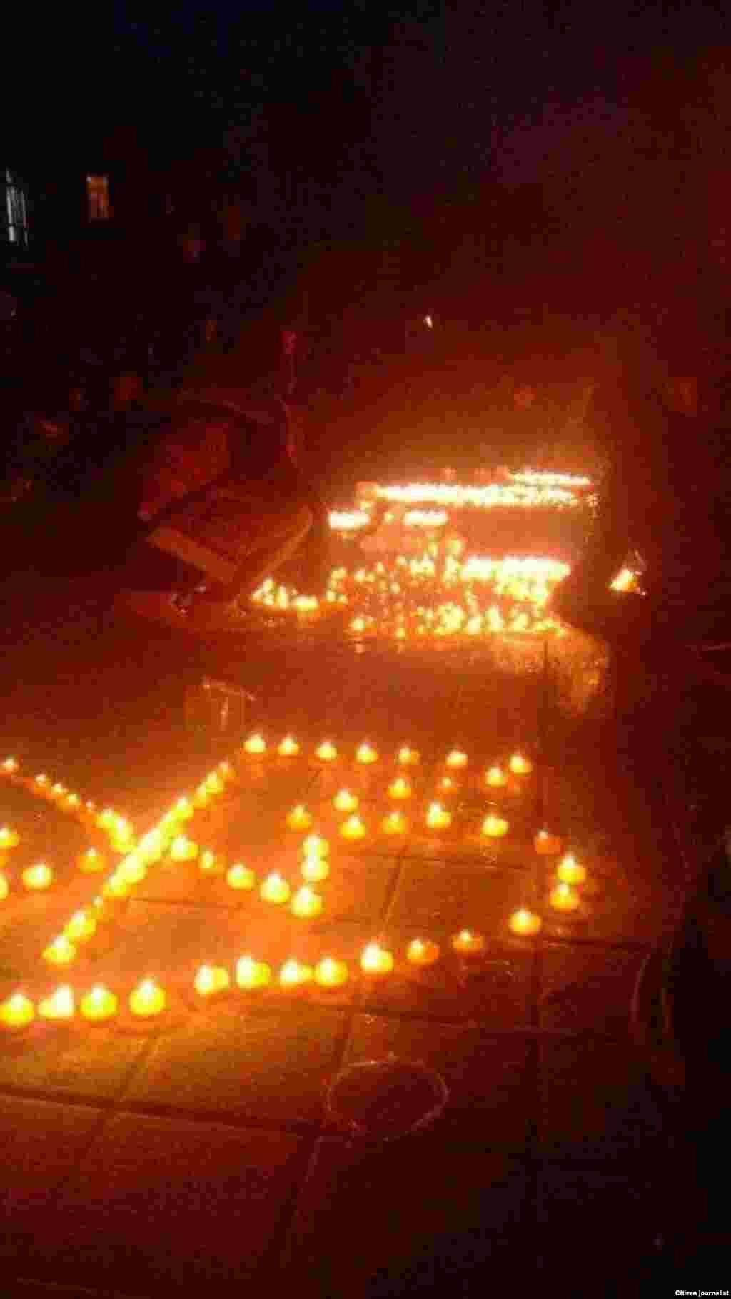 學生在青海省西寧的青海民族大學參加抗議,他們以燭光禱告形式紀念自焚而死的藏人。